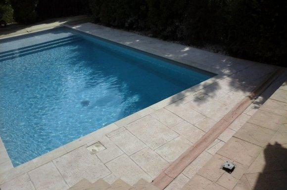 Professionnel pour la pose de dalle sur plot autour d'une piscine Mâcon